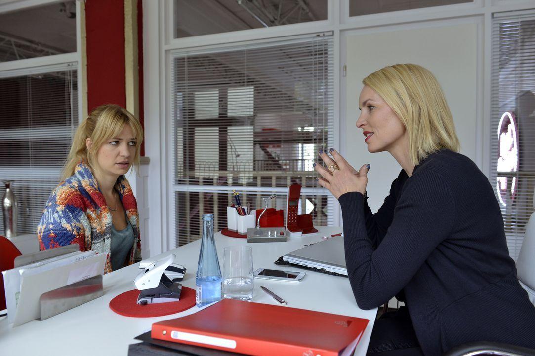 Theresa (Simone Hanselmann, r.) möchte, dass Mila (Susan Sideropoulos, l.) eine Kolumne über Casual-Sex schreibt. Doch davon ist Mila alles andere a... - Bildquelle: Claudius Pflug SAT.1