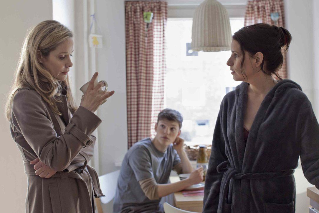 Erst spät vertraut sich Hella (Ann Kathrin Kramer, l.) ihrer Schwester Simone (Stefanie Höner, r.) an. Doch auch diese speist sie nur mit billigen... - Bildquelle: Georges Pauly SAT.1