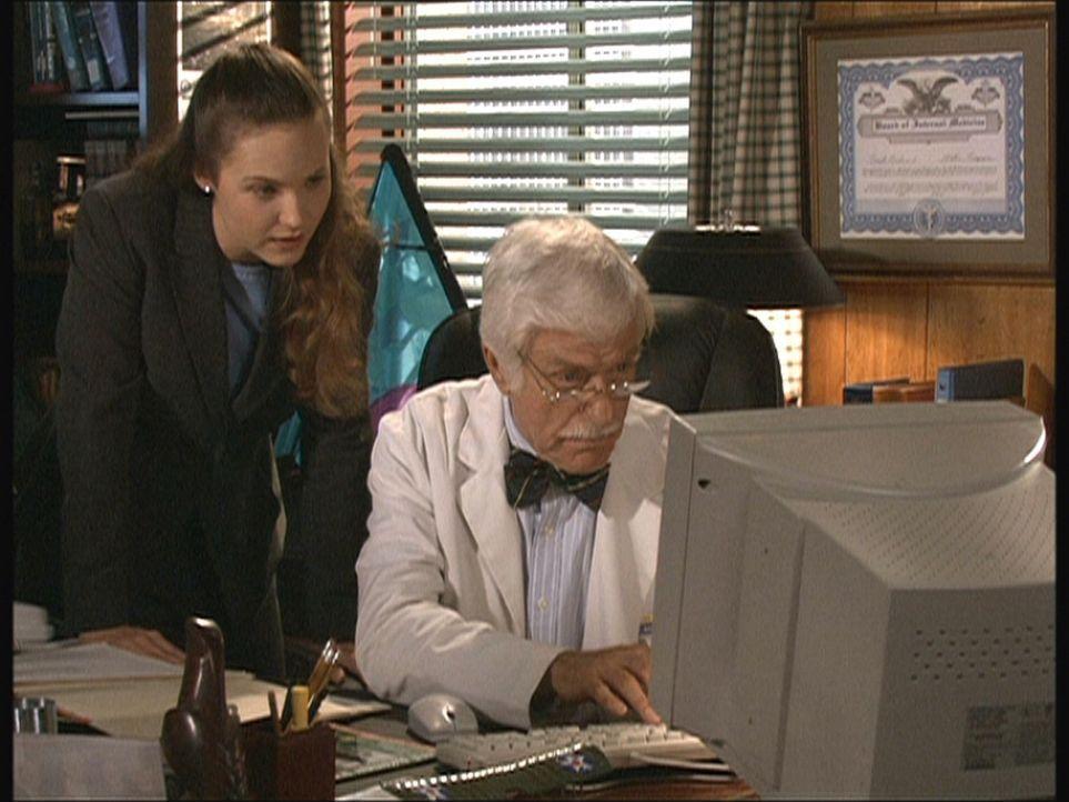 Mark (Dick Van Dyke, r.) zeigt seiner neuen Sekretärin, wie man das Internet für Recherchen nutzt. - Bildquelle: Viacom