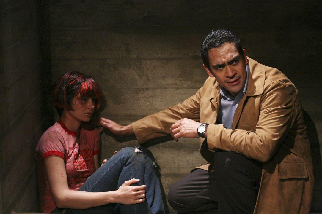 Rückblende: Nadia (Mia Maestro, l.) erhält im Gefängnis Besuch von Roberto Fox (Jose Zuniga, r.), der ihr einen Job beim argentinischen Geheimdie... - Bildquelle: Touchstone Television