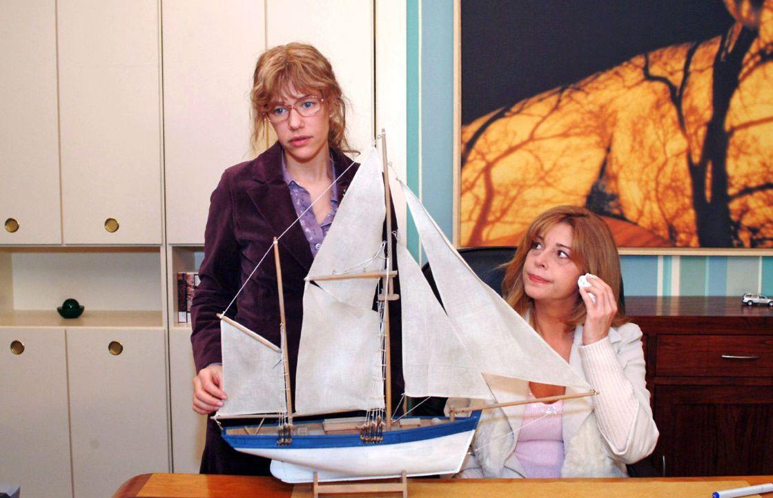 Lisa (Alexandra Neldel, l.) versucht Laura (Olivia Pascal, r.) wieder Mut zu machen. (Dieses Foto von Alexandra Neldel darf nur in Zusammenhang mit... - Bildquelle: Monika Schürle Sat.1