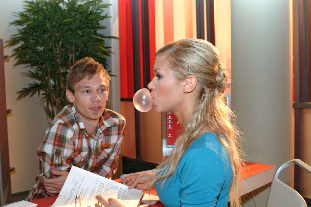 Nachdem Jürgen (Oliver Bokern, l.) Sabrina (Nina-Friederike Gnädig, r.) wegen des Betrugs scheinbar verziehen hat, will er mit ihr etwas unternehmen... - Bildquelle: Monika Schürle SAT.1 / Monika Schürle