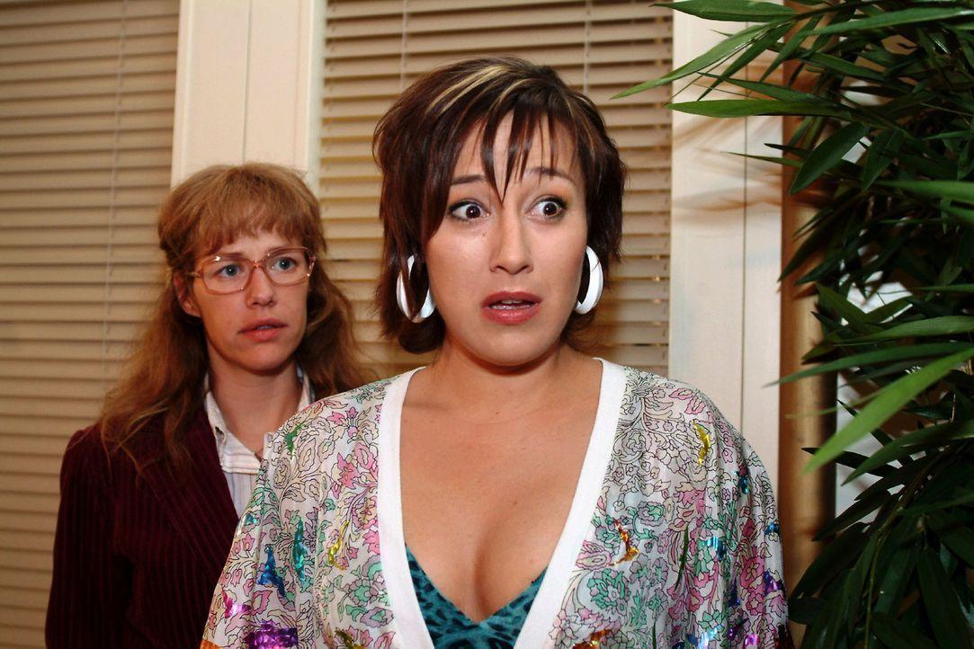 Yvonne (Bärbel Schleker, r.) kann kaum glauben, Max und Inka in flagranti erwischt zu haben - und macht die entsetzte Lisa (Alexandra Neldel, l.) d... - Bildquelle: Sat.1