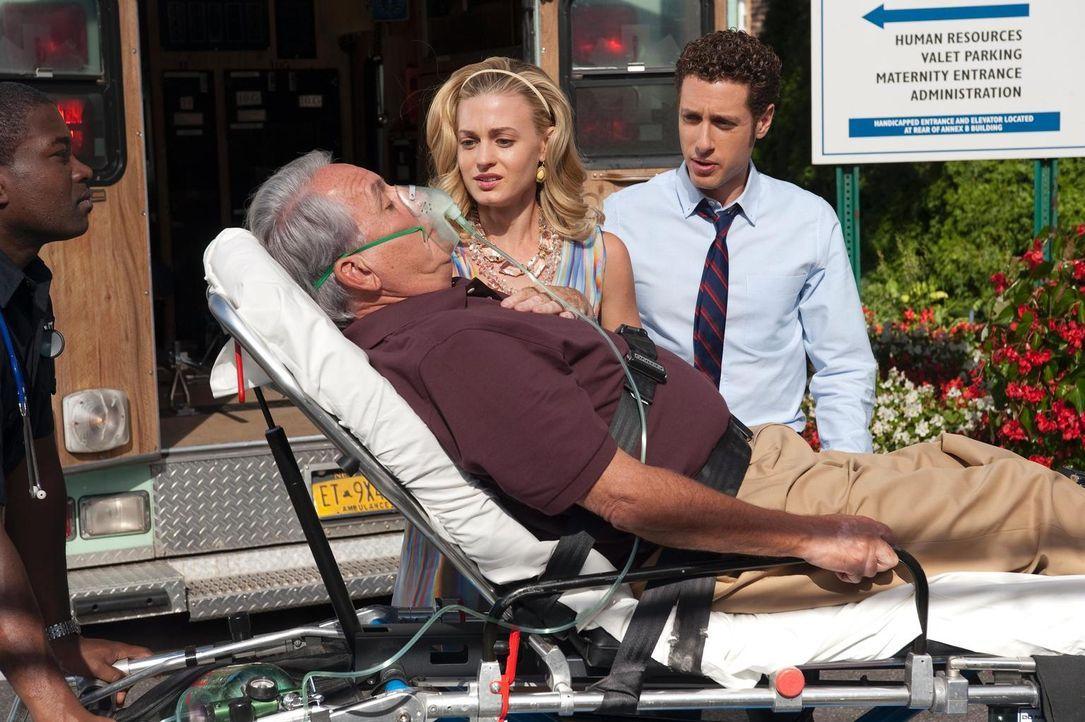 Paige (Brooke D'Orsay, M.) macht sich große Sorgen um ihren Vater  (Bob Gunton, liegend), der Verätzungen in der Luftröhre hat. Evan (Paulo Costanzo... - Bildquelle: 2010 Open 4 Business Productions, LLC. All Rights Reserved.