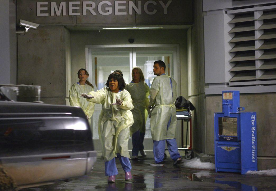 Als Meredith (Ellen Pompeo, l.), Bailey (Chandra Wilson, 2.vl.), Cristina, Izzie (Katherine Heigl, 2.v.r.) und Alex (Justin Chambers, r.) draußen au... - Bildquelle: Touchstone Television