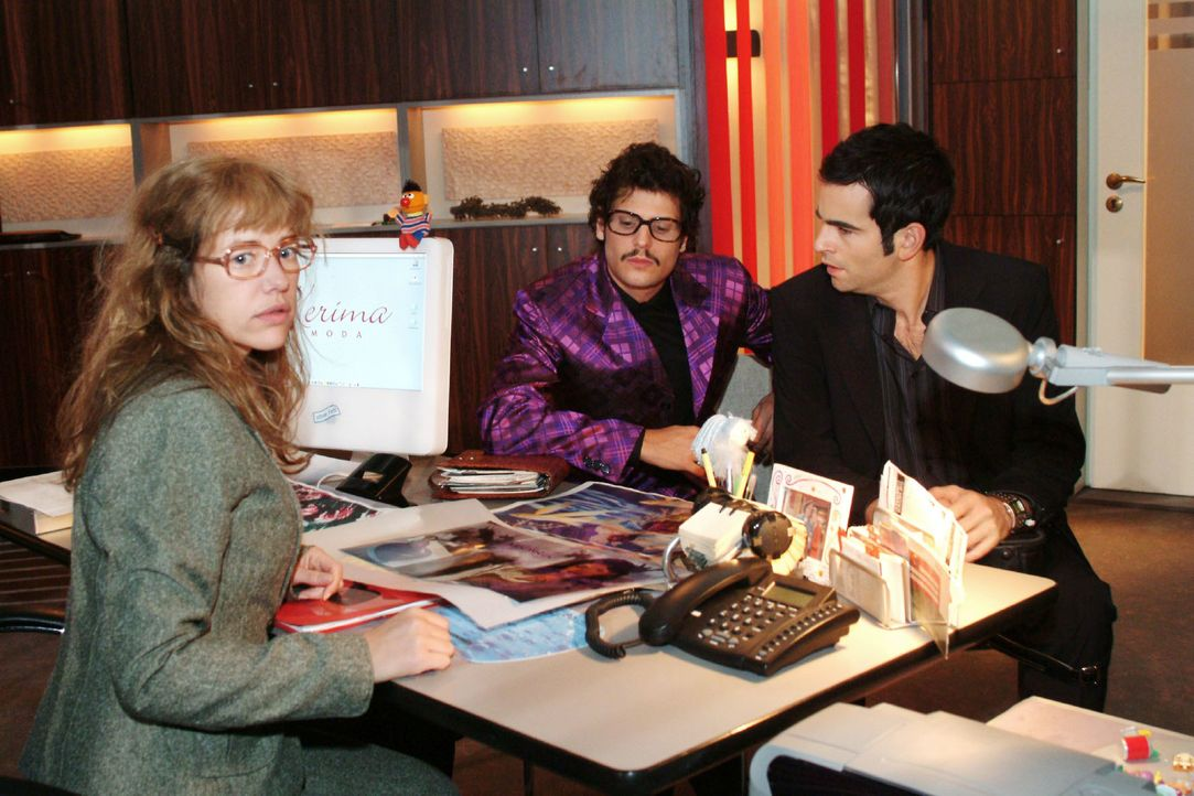 David (Mathis Künzler, r.) ist schockiert, dass Rokko (Manuel Cortez, M.) und Lisa (Alexandra Neldel, l.) die Parfümkampagne ohne Mariellas Namen st... - Bildquelle: Monika Schürle SAT.1 / Monika Schürle