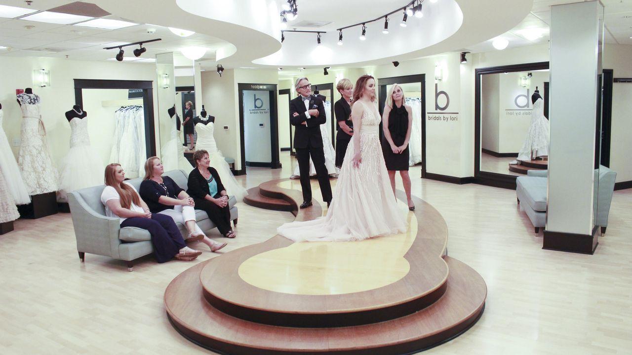 Die Braut Jessica (2.v.r.) möchte ein luftiges Kleid, das sich am Strand gut macht - ihre zukünftige Schwiegermutter möchte ein traditionelles Kleid... - Bildquelle: TLC & Discovery Communications