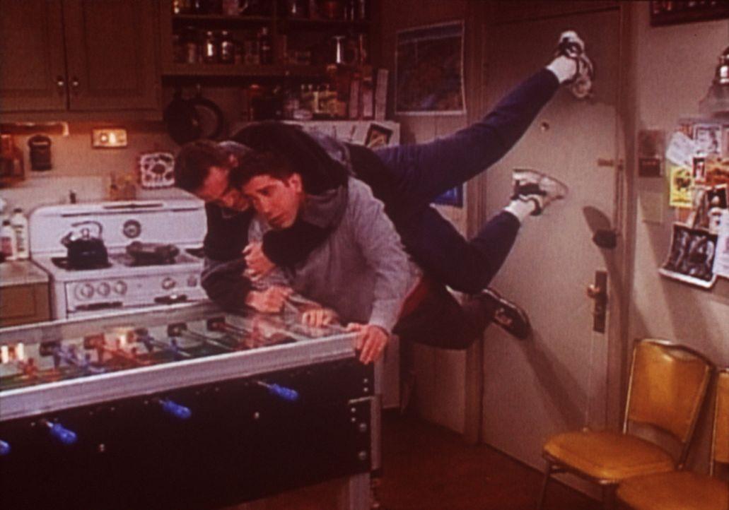 Ross (David Schwimmer, r.) will unbedingt zu Rachel, die sich mit ihrem neuen Freund trifft. Doch Chandler (Matthew Perry, l.) will verhindern, dass... - Bildquelle: TM+  2000 WARNER BROS.