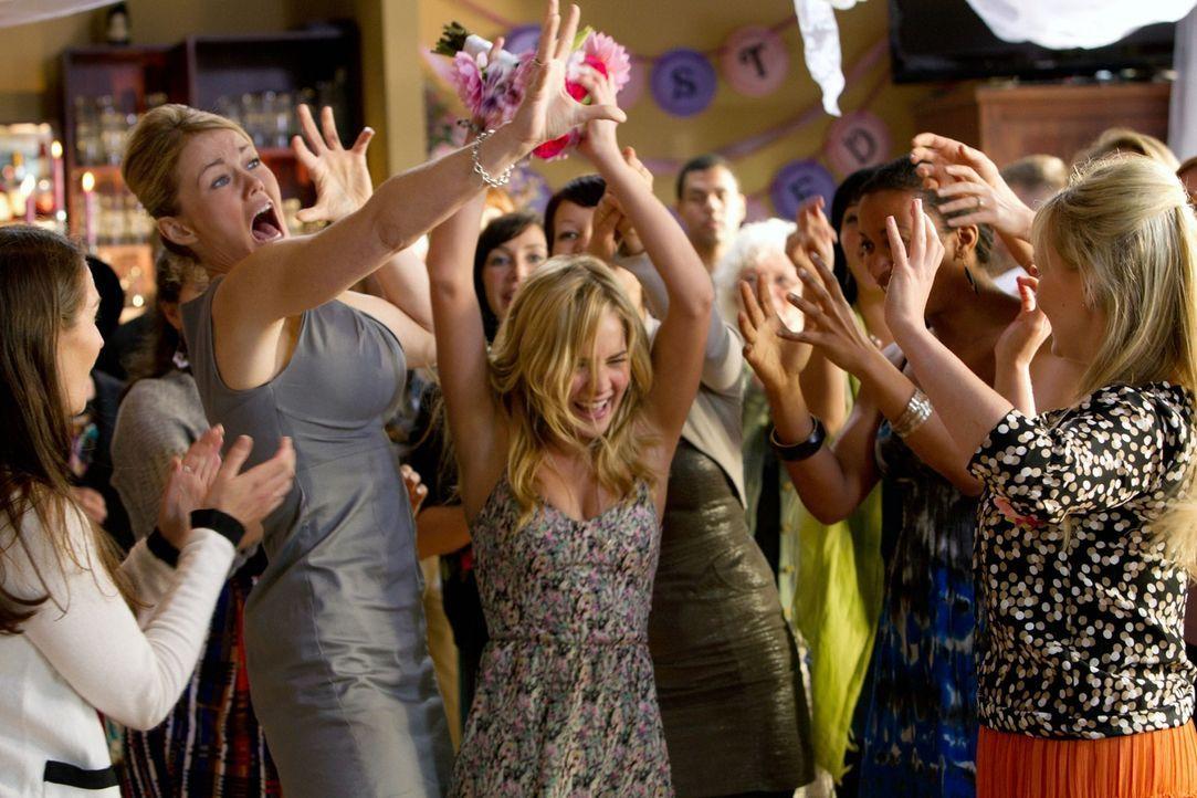 Beim Brautstraußfangen hat Lux (Brittany Robertson) die Nase vorne... - Bildquelle: The CW   2010 The CW Network, LLC. All Rights Reserved