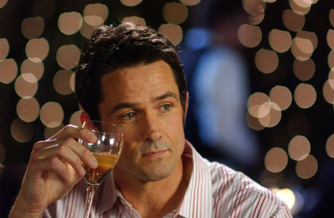 Carter (Bill Campbell) bemerkt bei einem Essen mit Kirsten, dass sie gar keinen Ehering trägt und spricht sie darauf an ... - Bildquelle: Warner Bros. Television