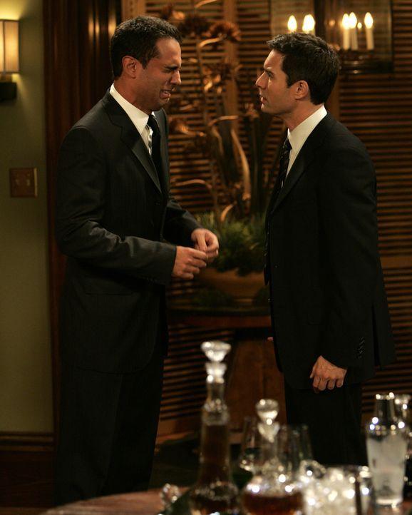 Will (Eric McCormack, r.), der Sorge hat, dass Vince (Bobby Cannavale, l.) seine Chancen auf die Beförderung ruinieren könnte, zögert, ihn als seine... - Bildquelle: Chris Haston NBC Productions