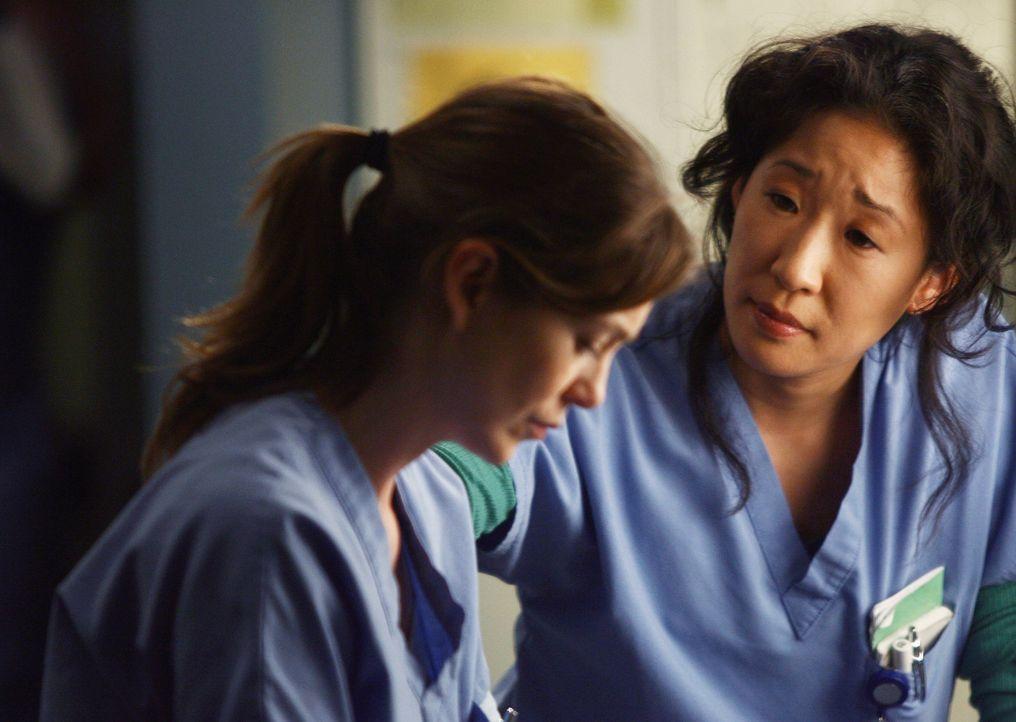 Cristina (Sandra Oh, r.) ist besorgt um Meredith (Ellen Pompeo, l.), nachdem sie seit den Worten ihres Vaters wie paralysiert ist ... - Bildquelle: Touchstone Television