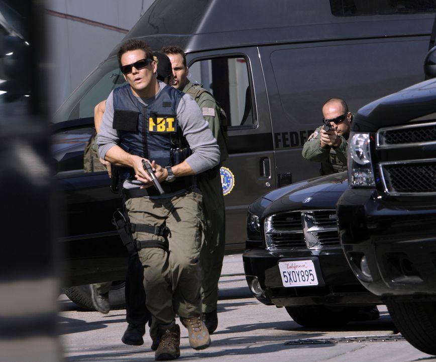 Ein Wettlauf mit der Zeit: Wird es Colby (Dylan Bruno, vorne) und seinen Kollegen gelingen, die Geiseln aus dem Bus zu befreien? - Bildquelle: Paramount Network Television