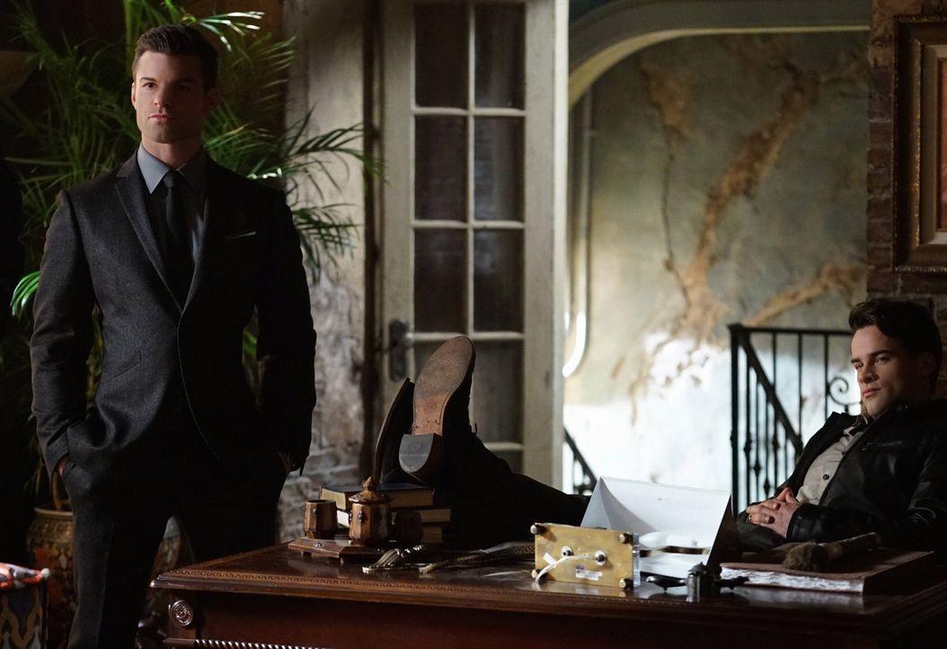 Ist Lucien (Andrew Lees, r.) wirklich der Verbündete, für den Elijah (Daniel Gillies, l.) ihn hält? - Bildquelle: Warner Bros. Entertainment, Inc.