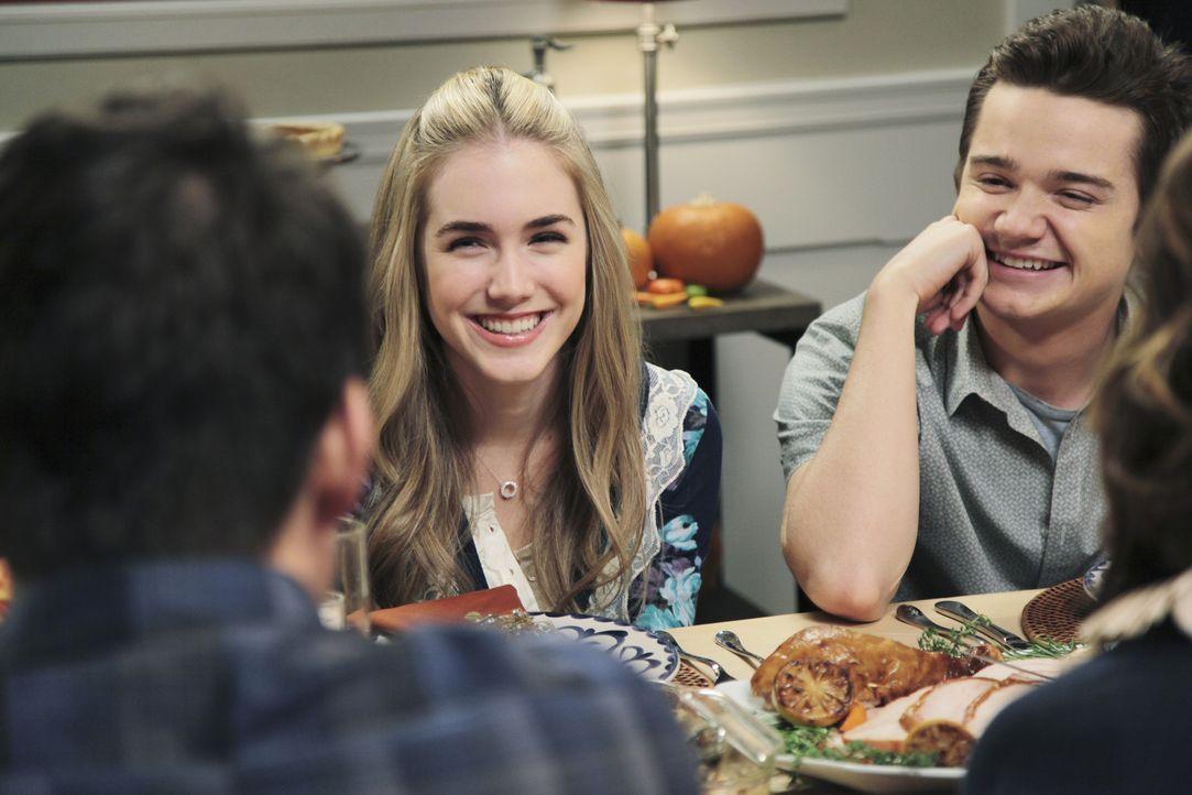 Travis (Dan Byrd, r.) und Kylie (Spencer Locke, 2.v.l.) sind ein süßes Paar - doch wie lange wird das gut gehen? - Bildquelle: 2009 ABC INC.