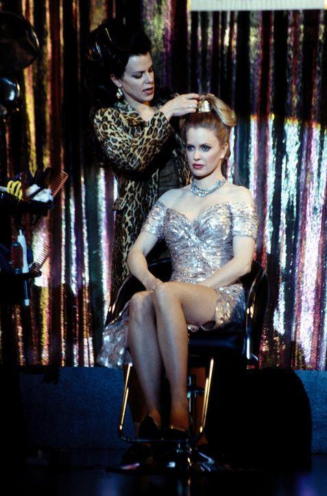 Da Lydia lieber an einer Vorlesung teilnimmt, anstatt ihrer Freundin Jackie (Debi Mazar, hinten) einen Gefallen zu tun, springt Candy (Kristin Bauer... - Bildquelle: CBS Television