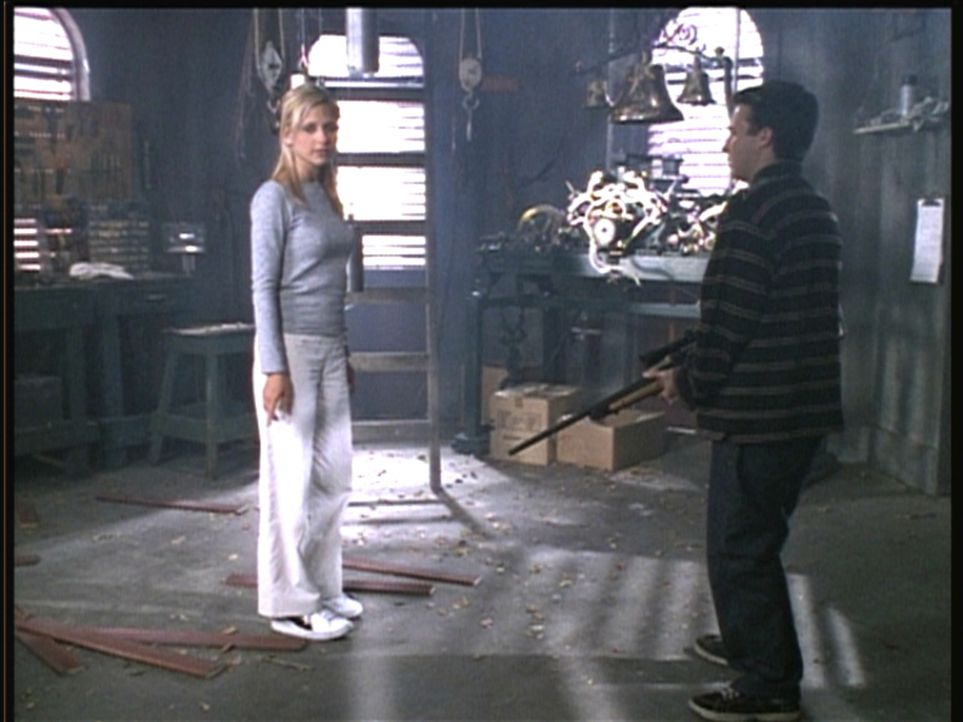 Buffy (Sarah Michelle Gellar, l.) stellt den vermeintlichen Massenmörder Jonathan (Danny Strong) zur Rede. - Bildquelle: TM +   2000 Twentieth Century Fox Film Corporation. All Rights Reserved.