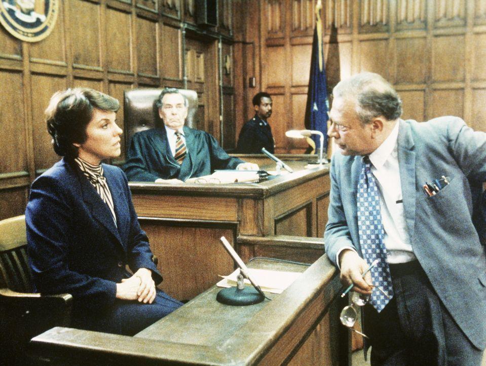 Der ehrgeizige Staatsanwalt (r.) muss feststellen, dass Lacey (Tyne Daly, l.) mit ihrer Aussage seine Anklage unterläuft. - Bildquelle: ORION PICTURES CORPORATION. ALL RIGHTS RESERVED.