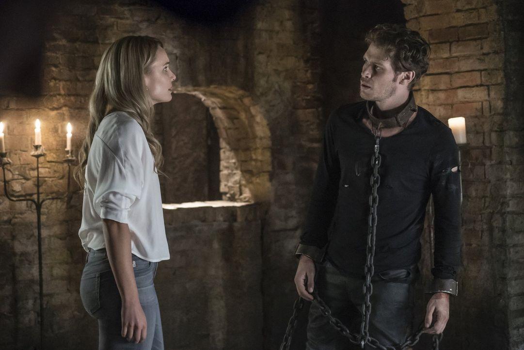 Die Halluzination von Cami (Leah Pipes, l.) bringt Klaus (Joseph Morgan, r.) dazu, sich seine Fehler und seine Ängste einzugestehen, während seine G... - Bildquelle: 2016 Warner Brothers