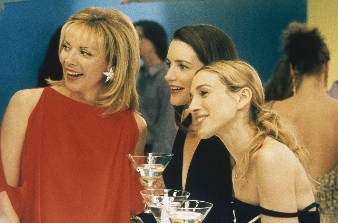 Mit Bravour - finden Charlotte (Kristin Davis, M.), Carrie (Sarah Jessica Parker, r.) und Sam (Kim Cattrall, l.) - stellt Miranda die neue Kollektio... - Bildquelle: Paramount Pictures