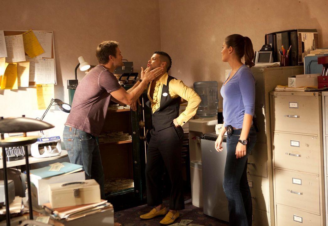 Isabel (Mercedes Masöhn, r.) und Walter (Geoff Stults, l.) fühlen dem Magier Jonni (Wilson Cruz, M.), dessen Assistentin spurlos verschwunden ist, a... - Bildquelle: 2012 Twentieth Century Fox Film Corporation. All rights reserved.