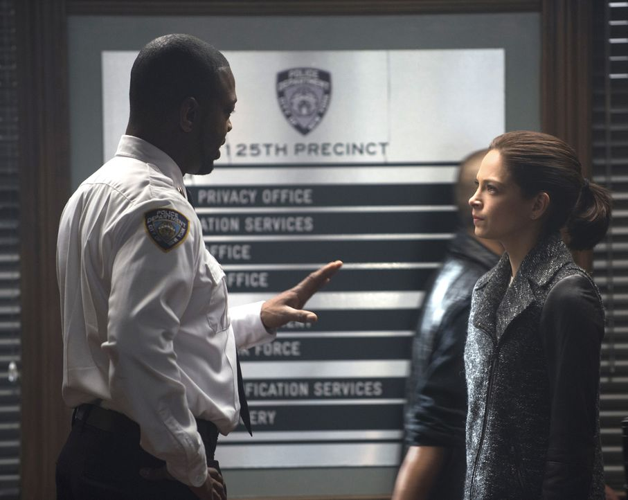 Cat (Kristin Kreuk, r.) versucht weiter zu beweisen, wer Liam wirklich ist. Doch wird ihr Lt. Tran (Martin Roach, l.) glauben? - Bildquelle: Christos Kalohoridis 2015 The CW Network, LLC. All rights reserved.