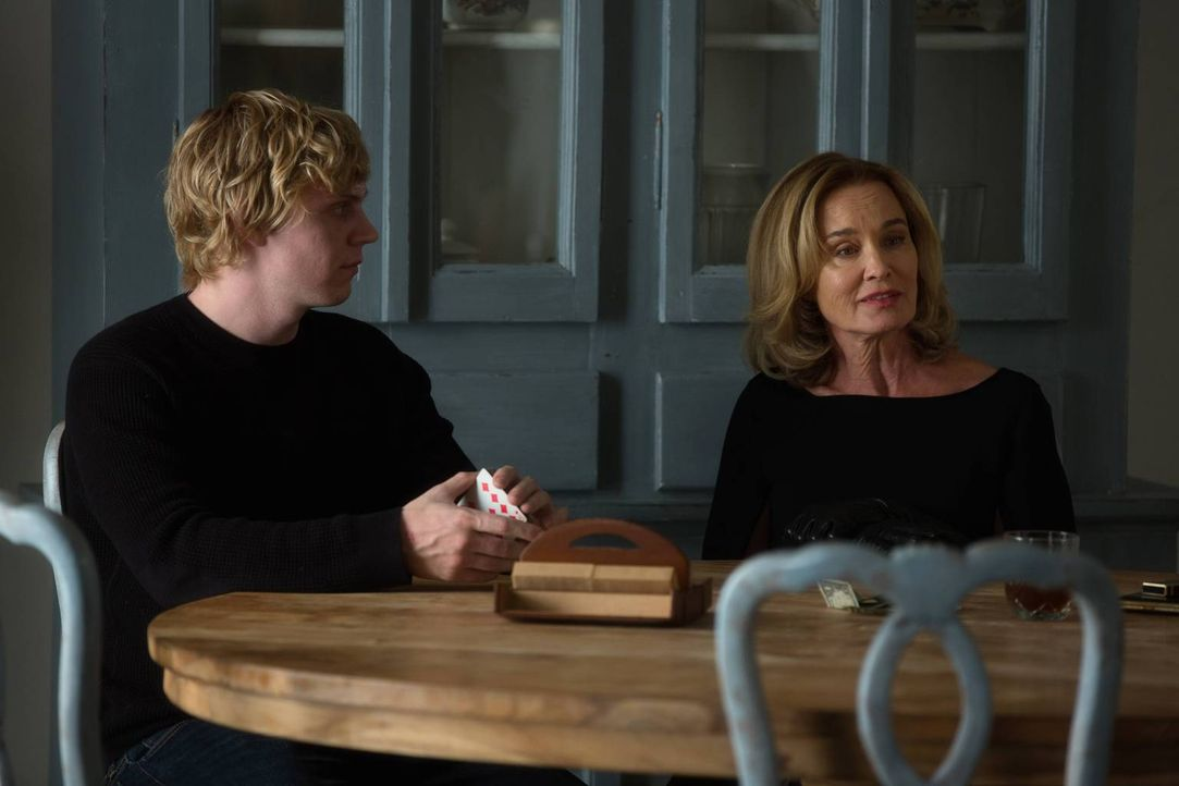 Als Fiona (Jessica Lange, r.) Kyle (Evan Peters, l.) in Zoes Zimmer findet, entdeckt sie schnell, dass es sich nicht um einen normalen Jungen handel... - Bildquelle: 2013-2014 Fox and its related entities. All rights reserved.