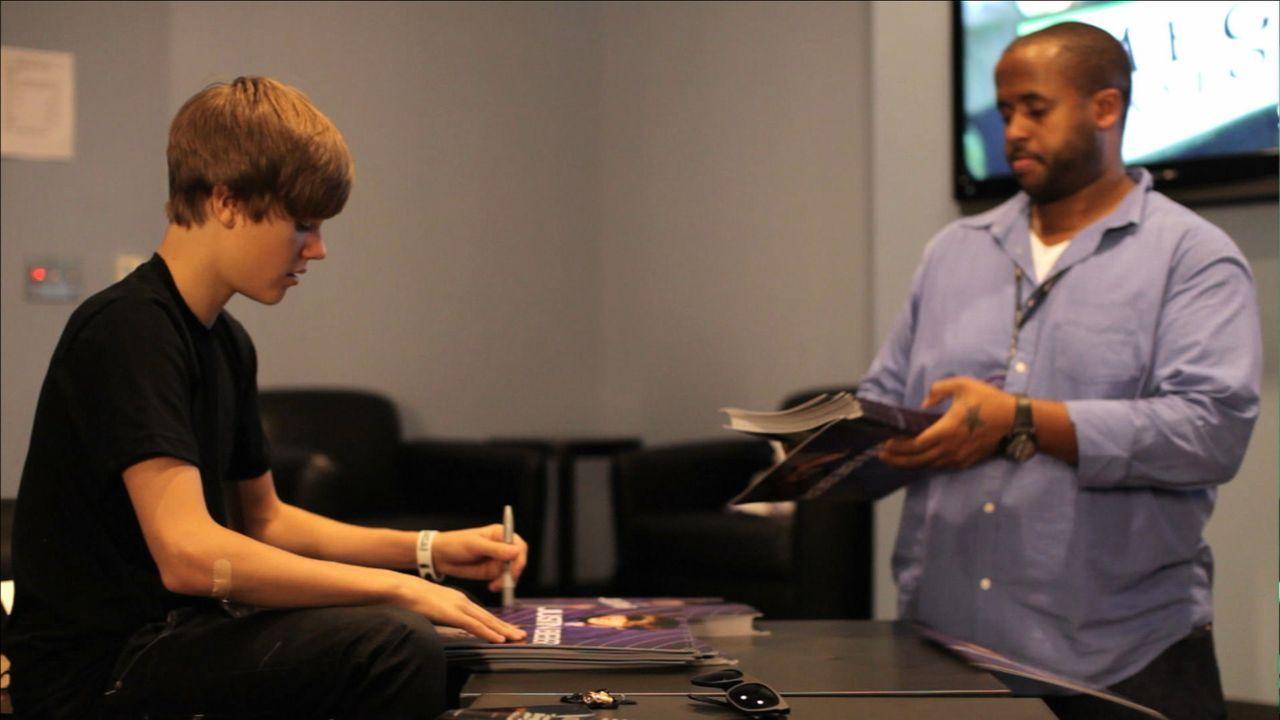 """Justin Bieber (l.) einmal ganz nah sein, das möchte alle seiner Fans. In der autobiografischen Doku """"Never Say Never"""" sind Backstage-Aufnahmen nur d... - Bildquelle: 2014 PARAMOUNT PICTURES. ALL RIGHTS RESERVED."""