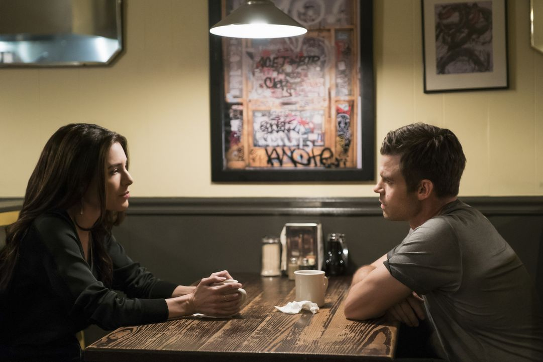 Antoinette (Jaime Murray, l.); Elijah (Daniel Gillies, r.) - Bildquelle: Warner Bros.