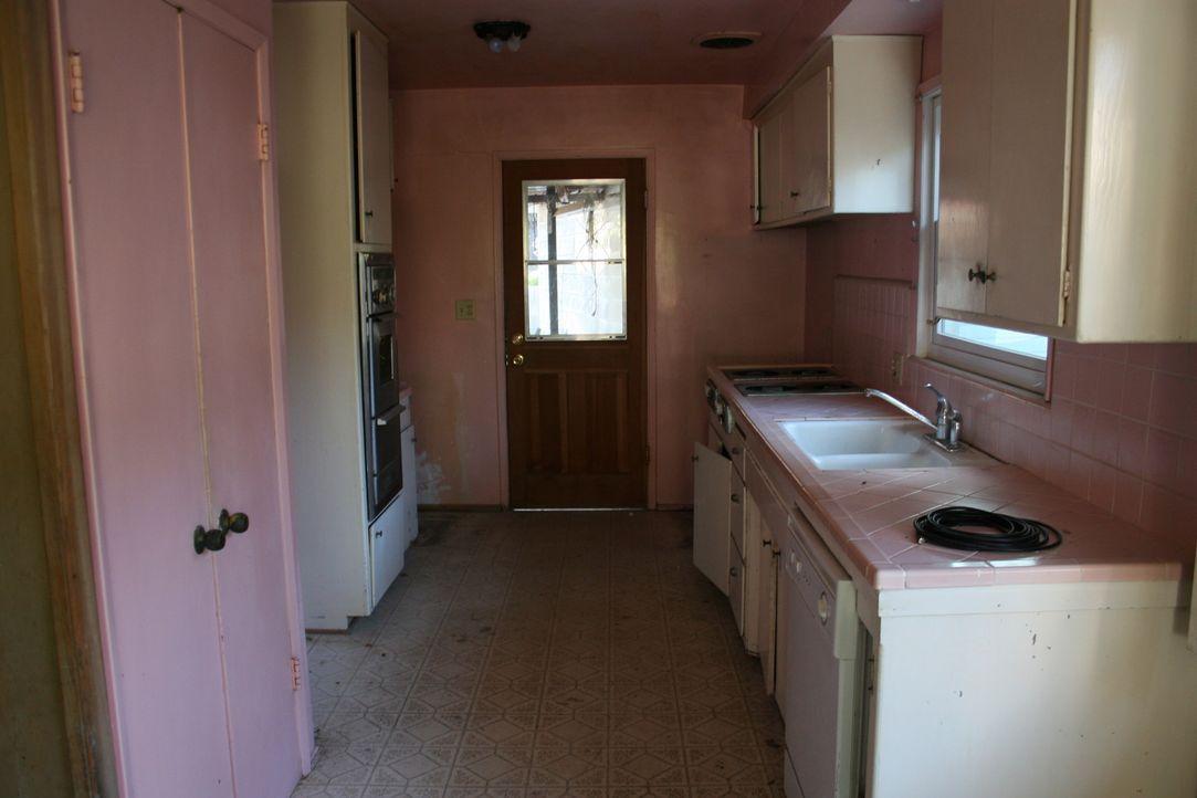 Die rosa Küche ist dringend renovierungsbedürftig. Christina weiß schon genau, wie sie die kleine Küche in einen hellen und modernen Kochbereich ver... - Bildquelle: 2016,HGTV/Scripps Networks, LLC. All Rights Reserved