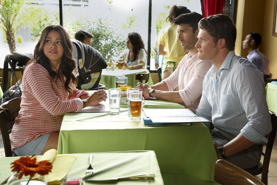 Während Alba eine wichtige Entscheidung trifft, läuft es zwischen Jane (Gina Rodriguez, l.), Rafael (Justin Baldoni, M.) und Michael (Brett Dier, r.... - Bildquelle: Greg Gayne 2015 The CW Network, LLC. All rights reserved.