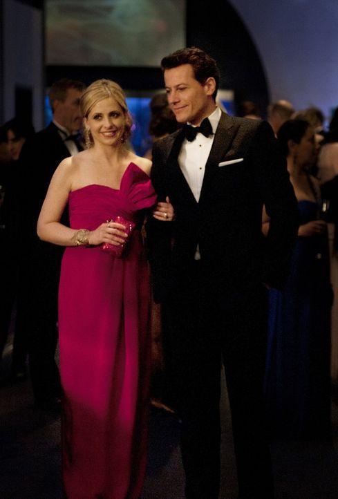 Während einer Benefiz-Gala gibt sich Andrew Martin (Ioan Gruffudd, r.) außergewöhnlich friedlich und macht auf Bridget (Sarah Michelle Gellar, l.... - Bildquelle: 2011 THE CW NETWORK, LLC. ALL RIGHTS RESERVED
