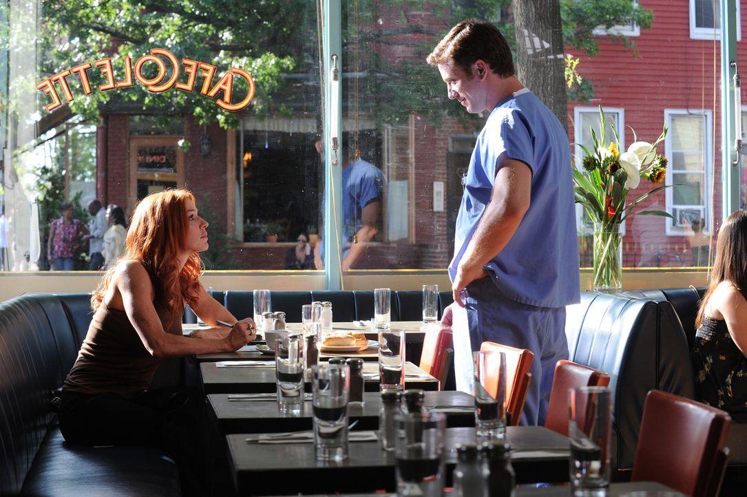 Tom (Chad Lindsey, r.) findet Gefallen an Carrie (Poppy Montgomery, l.). Doch wird sie ihm eine Chance geben, sie kennen zu lernen? - Bildquelle: 2011 CBS Broadcasting Inc. All Rights Reserved.
