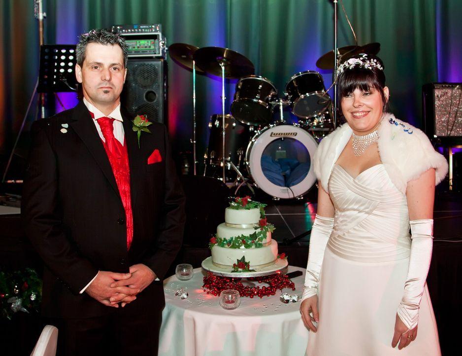Leanne (r.) und ihr Mann (l.) wollen beweisen, dass ihre Traumhochzeit das Fest der anderen ganz klar in den Schatten stellt. - Bildquelle: ITV Studios Limited 2010