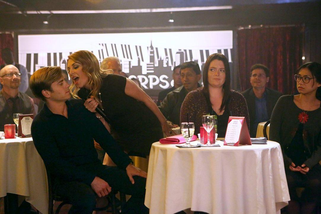 Während Kendall (Kate Jenkinson, 2.v.l.) sich mächtig an Richard (Kevin Bishop, l.) ranschmeißt, bangen Marika (Lauren Ash, 2.v.r.) und Helen-Alice... - Bildquelle: Warner Brothers