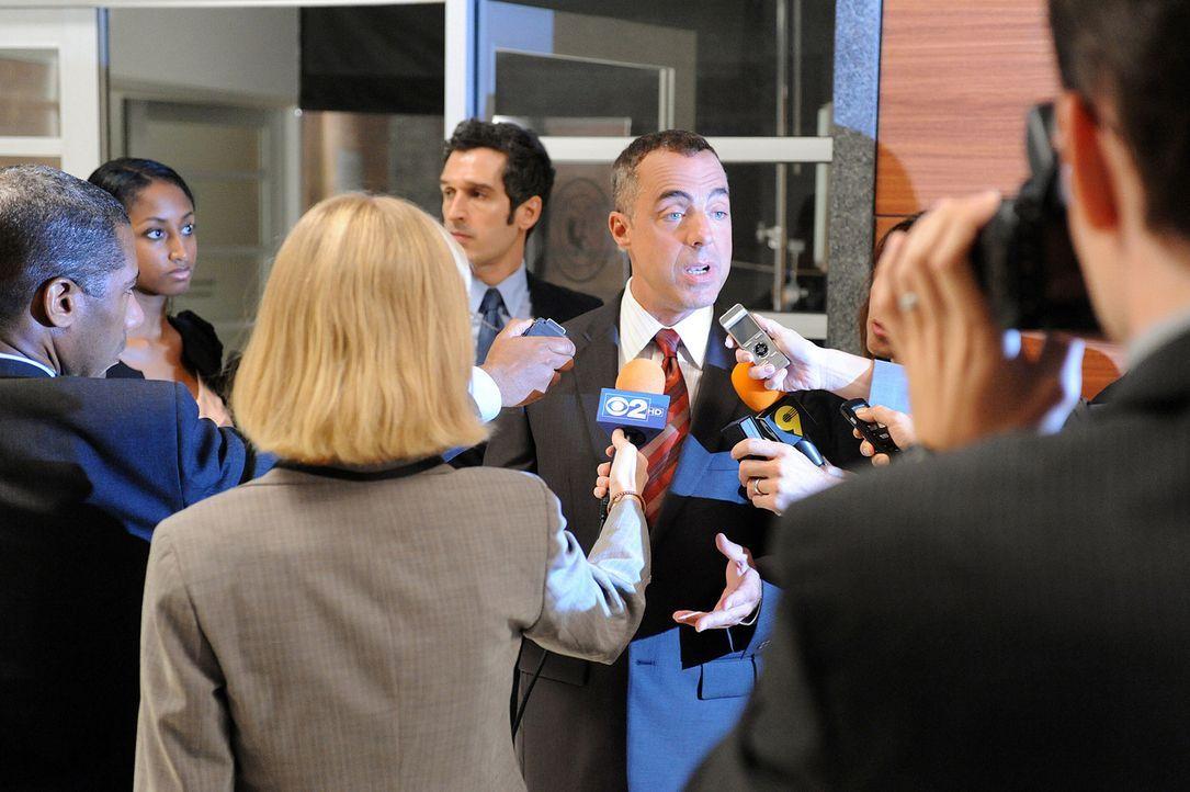 Glenn Childs (Titus Welliver, 2.v.r.) muss sich den Fragen der Presse stellen. - Bildquelle: CBS Broadcasting Inc. All Rights Reserved