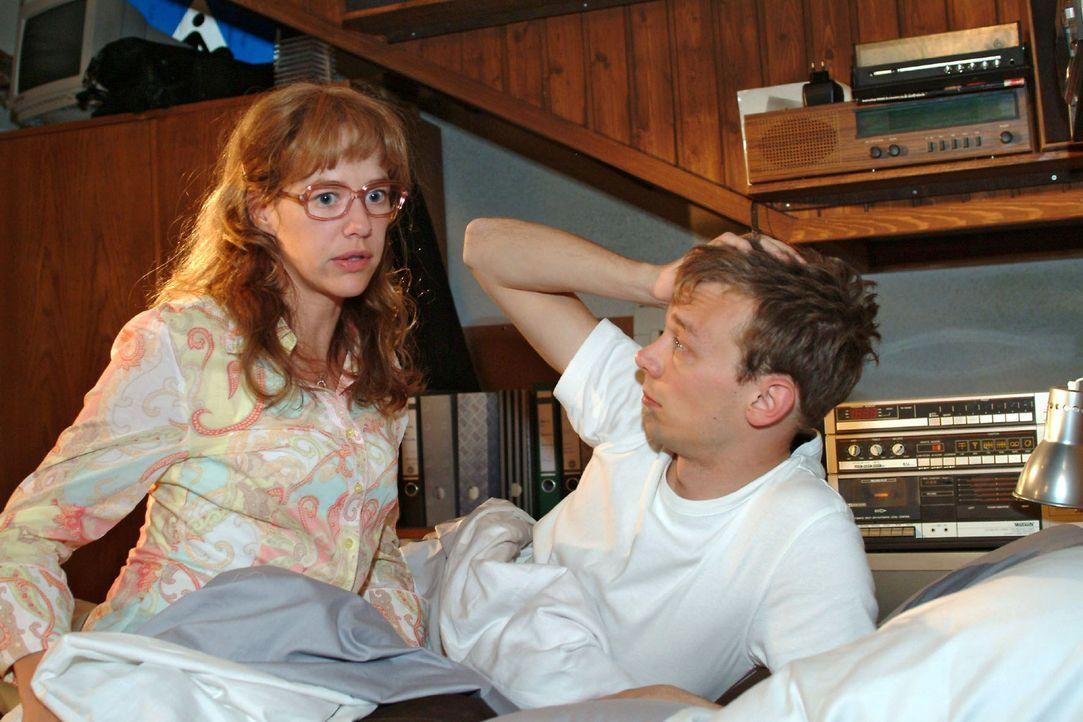 Lisa (Alexandra Neldel, l.) sucht Trost bei Jürgen (Oliver Bokern, r.): Sie fürchtet, dass David das Angebot von Viktor annimmt und nach Shanghai... - Bildquelle: Sat.1
