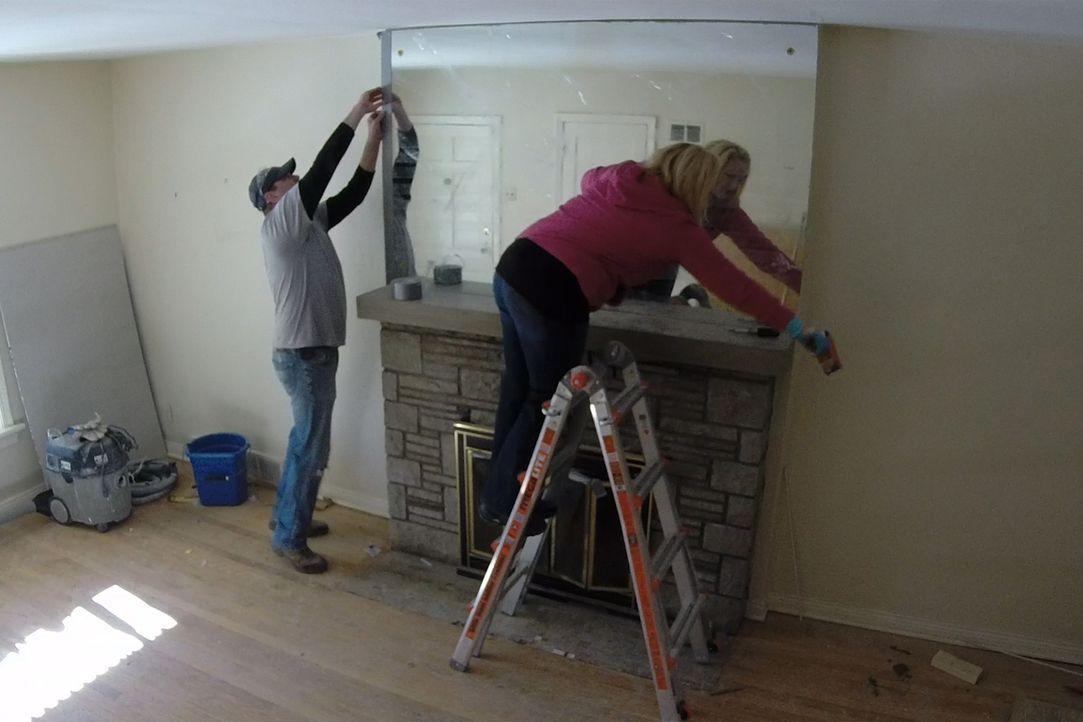 Eigentlich wollten Chris (l.) und Rachel (r.) gemeinsam ein Haus renovieren, um es anschließend gewinnbringend zu verkaufen, doch dann taucht Chris'... - Bildquelle: 2014, DIY Network's/Scripps Network's, LLC.