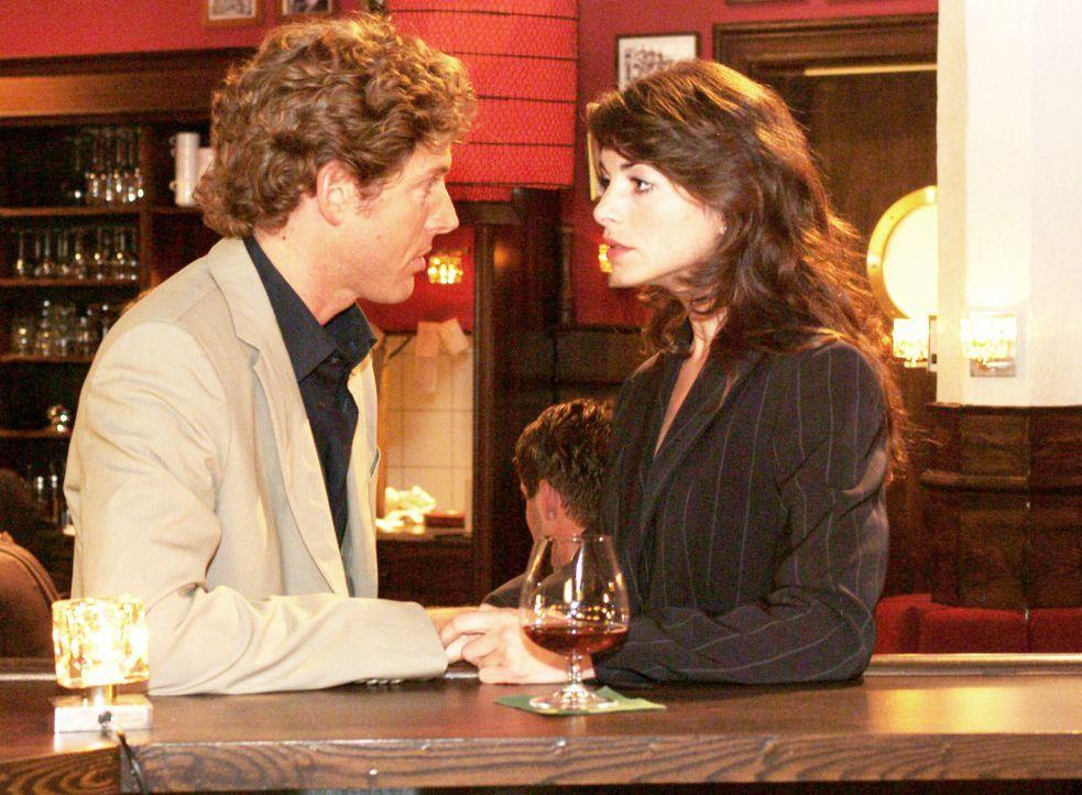 Mariella (Bianca Hein, r.) trifft im Wolfhardts unverhofft auf Lars (Clayton M. Nemrow, l.) und muss sich ihren Gefühlen stellen. - Bildquelle: Monika Schürle Sat.1