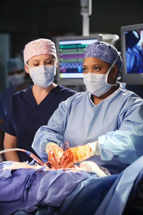 Versuchen alles, um einen Patienten zu retten: Arizona (Jessica Capshaw, l.) und Bailey (Chandra Wilson, r.) ... - Bildquelle: Touchstone Television
