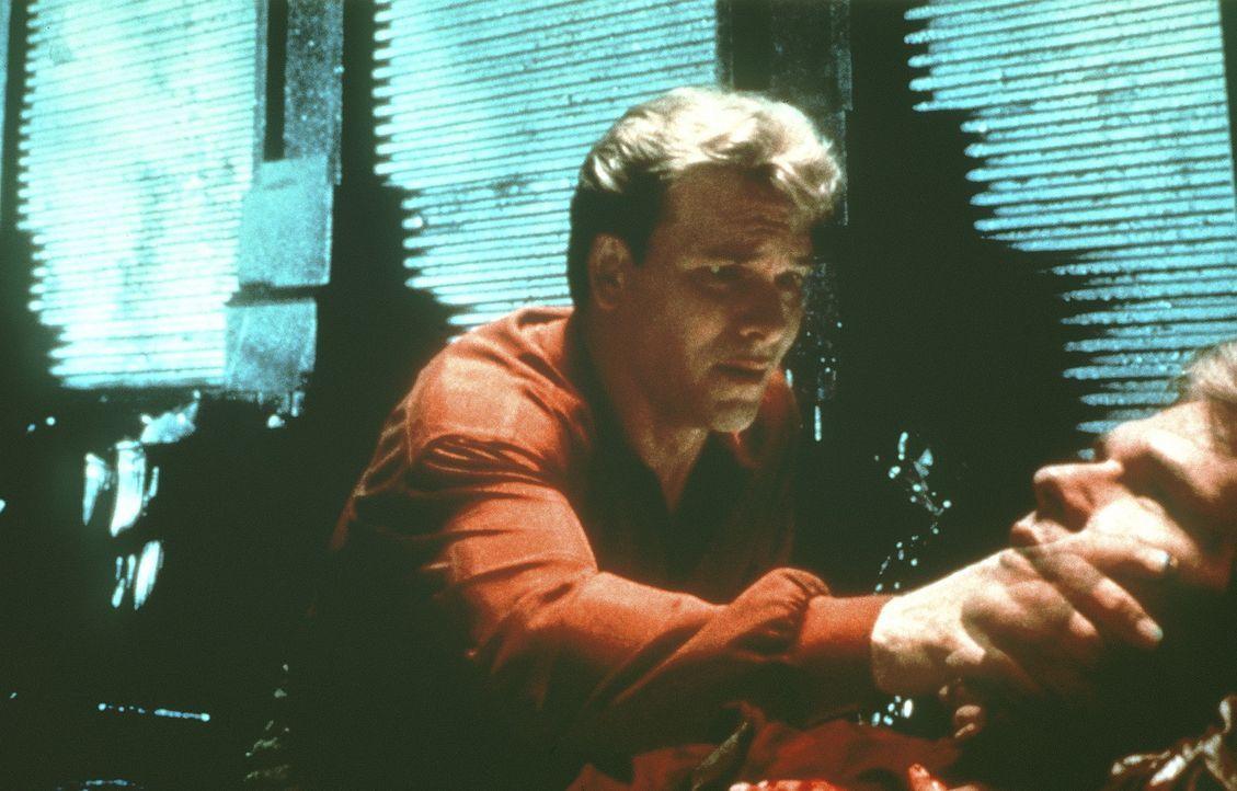 Sam (Patrick Swayze) stellt entsetzt fest, dass er tot ist - und nur noch als Geist existiert. - Bildquelle: Paramount Pictures