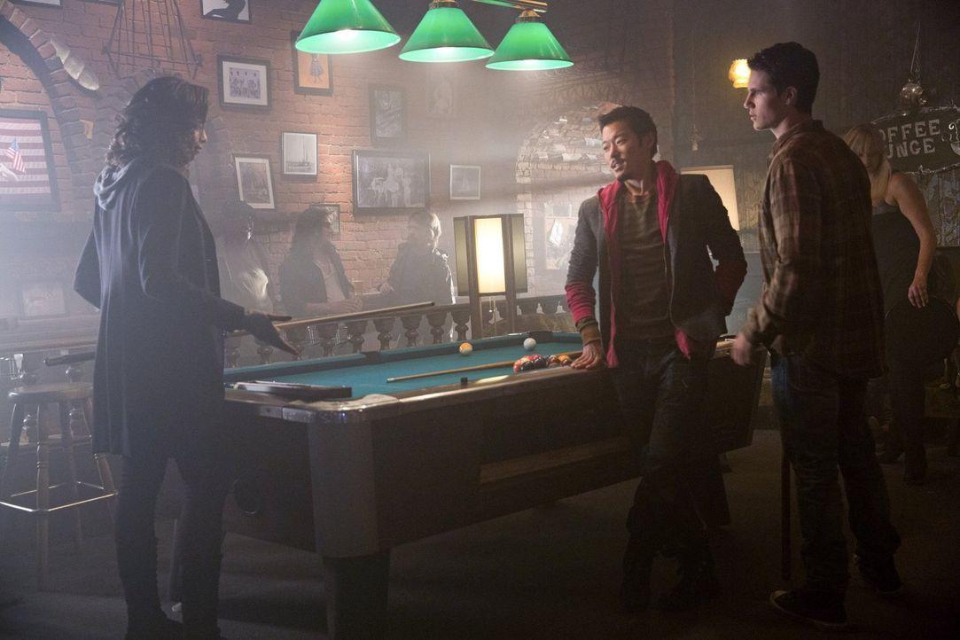 Noch ahnen Russell (Aaron Yoo, M.) und Stephen (Robbie Amell, r.) nicht, warum Piper (Aeriél Miranda, l.) sie unbedingt zu einem Spiel herausfordern... - Bildquelle: Warner Bros. Entertainment, Inc