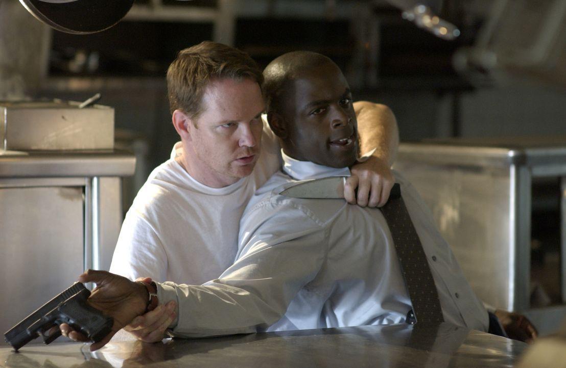 FBI Agent David Sinclair (Alimi Ballard, r.) gerät in die Hände von Roland Haldane (William O'Leary, l.). Werden ihn seine Kollegen befreien können?... - Bildquelle: Paramount Network Television