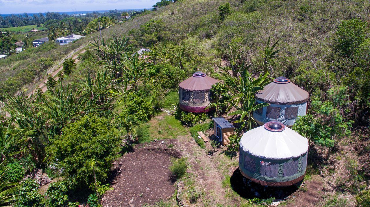 Jenny und Nathan Toler wollen auf Hawaii kleine Rundzelte bauen, in denen sie selber, aber auch Besucher die Zeit genießen können. - Bildquelle: 2015, HGTV/Scripps Networks, LLC. All Rights Reserved.