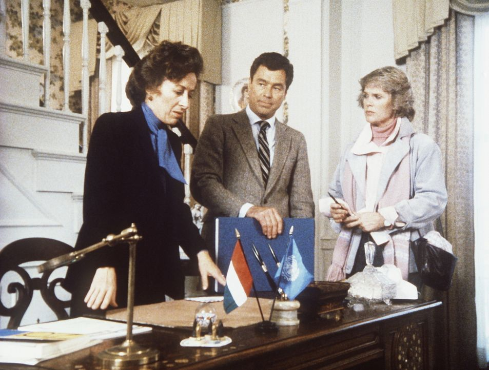Cagney (Sharon Gless, r.) und Hennessey (Edward Winter, M.) verhören die Ehefrau (Rita Zohar) des ermordeten Diplomaten. - Bildquelle: ORION PICTURES CORPORATION. ALL RIGHTS RESERVED.