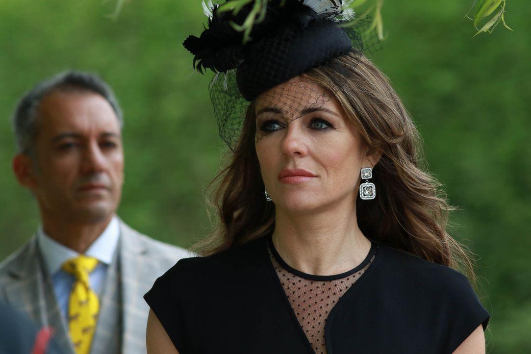 Während Cyrus sein Leben als König genießt, arbeitet Helena (Elizabeth Hurley) fließig an ihrer Machtposition ... - Bildquelle: 2015 E! Entertainment Media LLC/Lions Gate Television Inc.