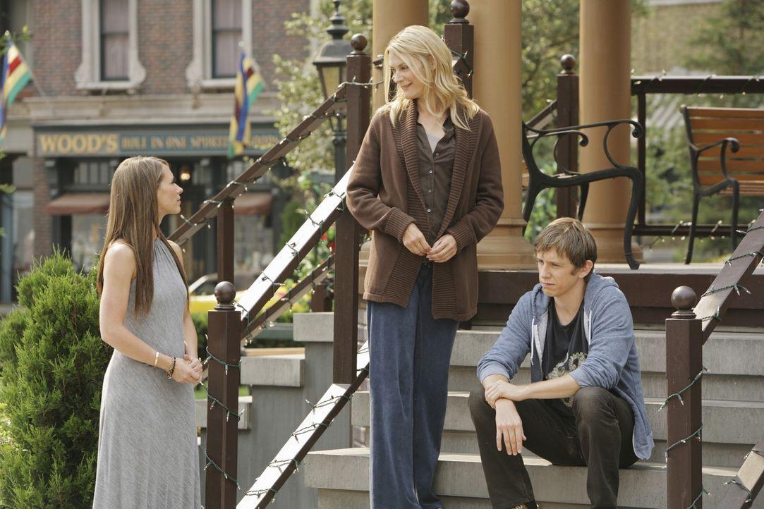Nach dem Tod seiner Mutter (Thea Gill, M.) gibt Garrett (Hank Harris, r.) seinem Vater, den er nie kennengelernt hat, die Schuld. Kann Melinda (Jenn... - Bildquelle: ABC Studios