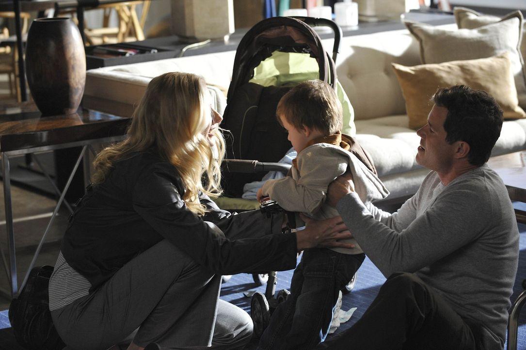 Sean (Dylan Walsh, r.) bemüht sich indessen um mehr Kontakt zu Julia (Joely Richardson, l.) und den Kindern. Doch dann findet sie heraus, dass Sean... - Bildquelle: Warner Bros. Entertainment Inc. All Rights Reserved.