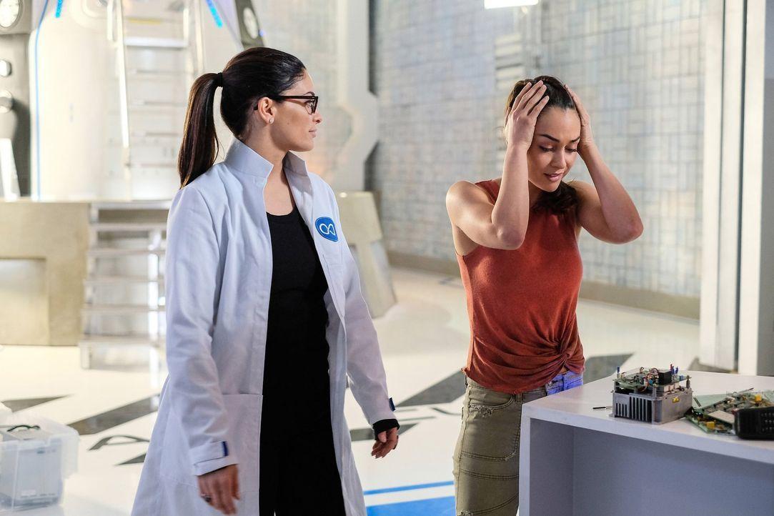 Während Raven (Lindsey Morgen, r.) mit den Halluzinationen von Becca (Erica Cerra, l.) zu kämpfen hat, werden Octavia und Ilian in ihrer eigenen kle... - Bildquelle: 2016 Warner Brothers