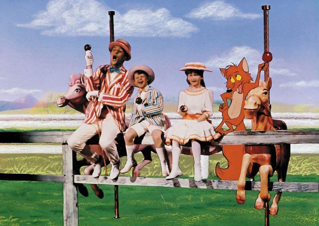 Mit Kindermädchen Mary Poppins und deren Freund Bert (Dick van Dyke, l.) erleben Jane (Karen Dotrice, r.) und Michael (Matthew Garber, M.) die ersta... - Bildquelle: Walt Disney Company. All Rights Reserved.